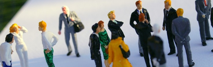 Viele Menschen in unterschiedlicher Kleidung
